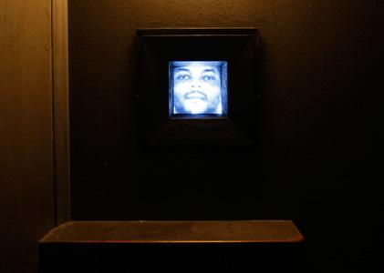Fotoinstalltion im Beichtstuhl mit Bildern zu Tode verurteilter Häftlinge